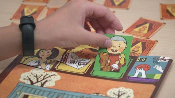 扮家家遊側拍-手拿男孩牌卡-min